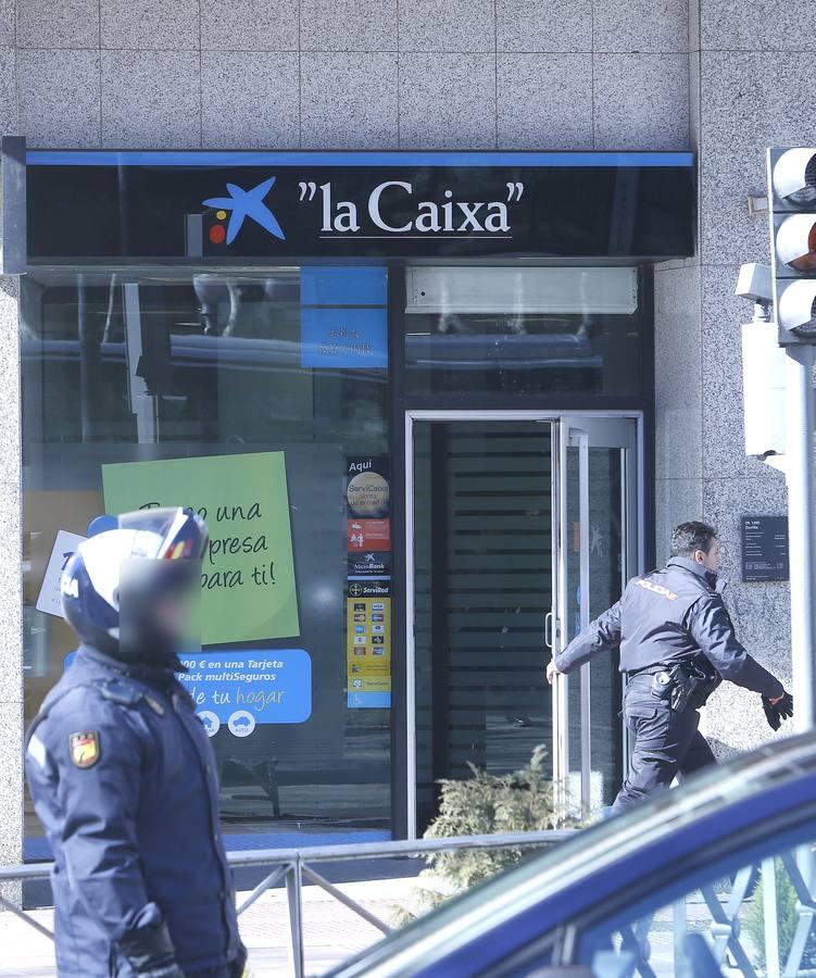 Un hombre armado se atrinchera en una sucursal de la Caixa en Valladolid