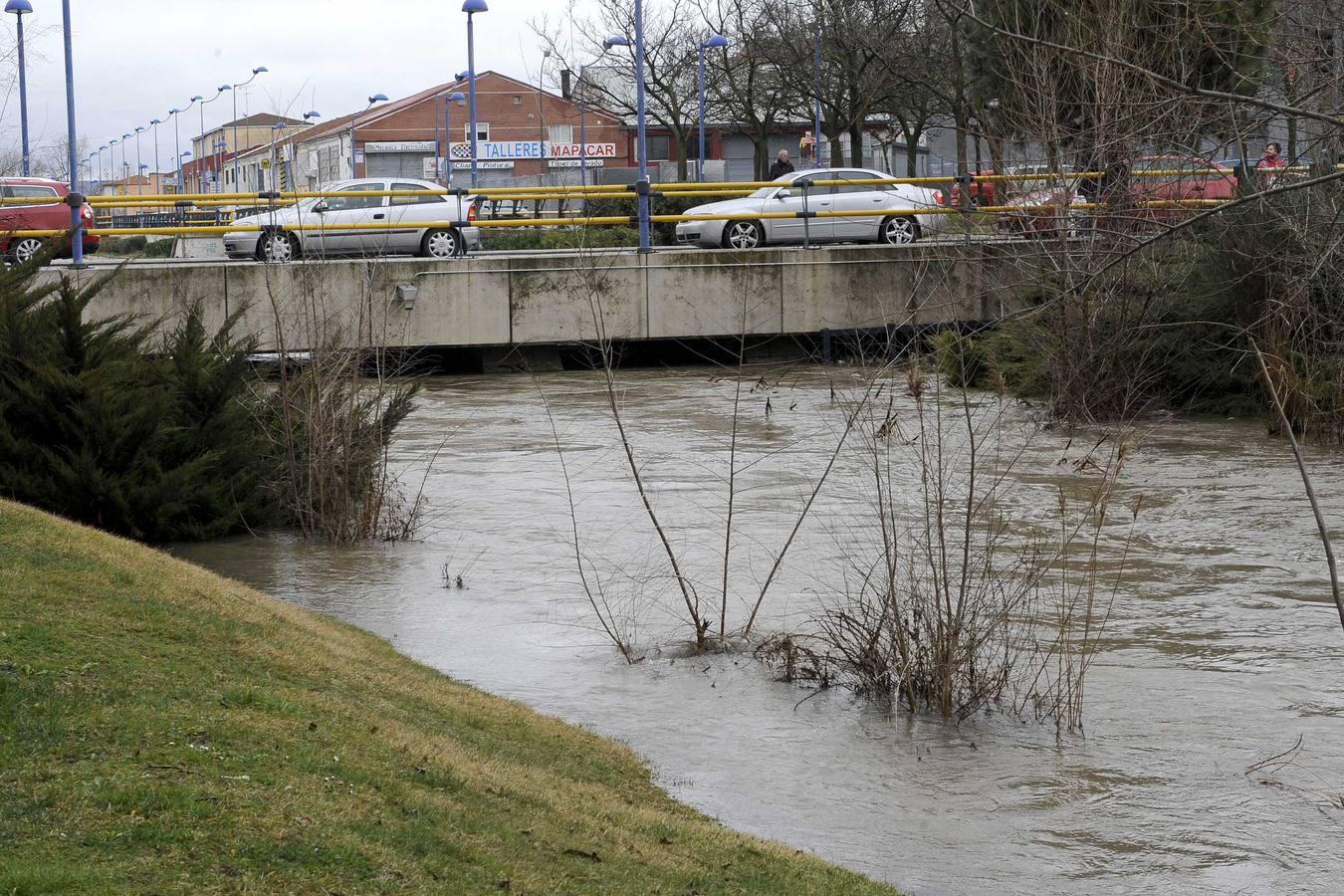 El caudal del Esgueva sigue creciendo a su paso por Valladolid