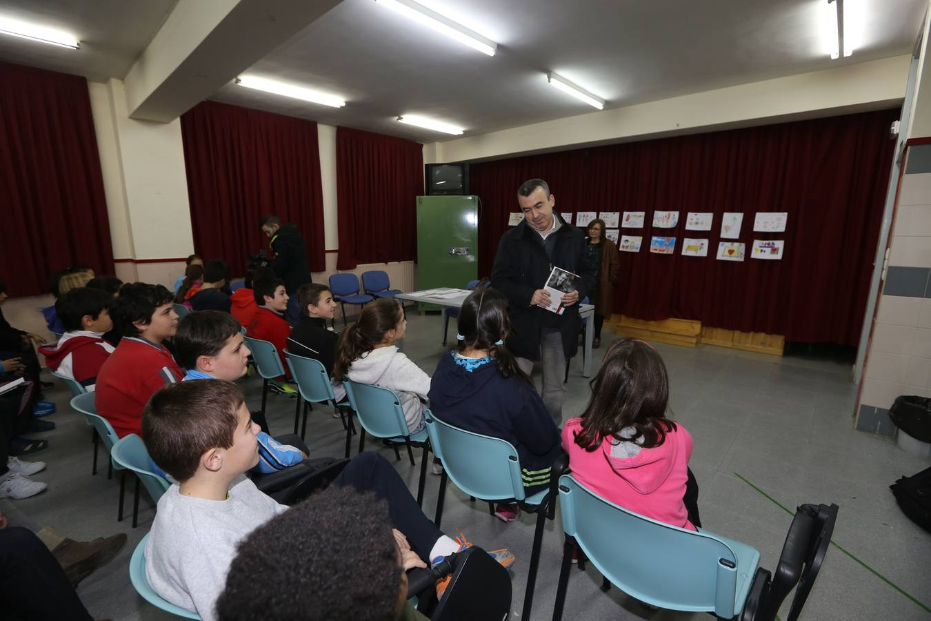 El escritor Lorenzo Silva, con los alumnos del colegio Ignacio Martín Baró